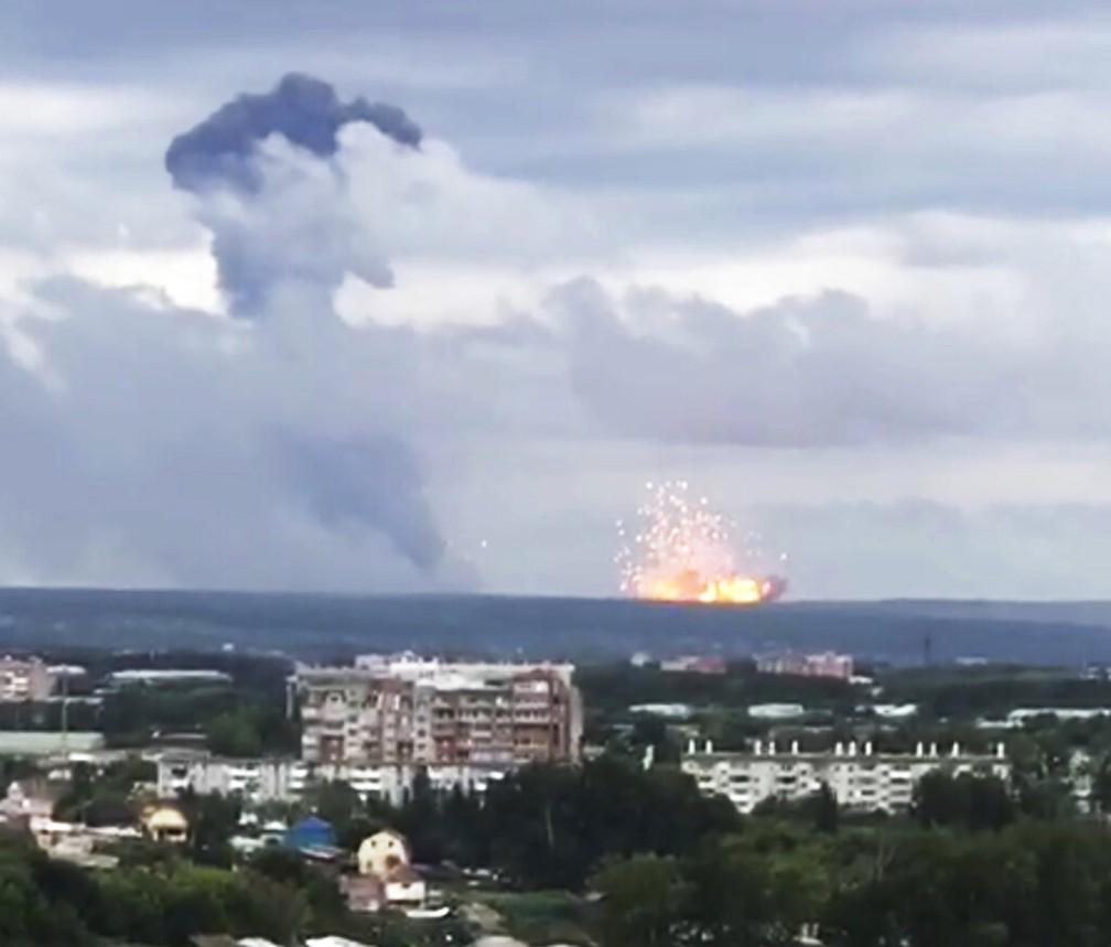 Explosão em uma base militar na região de Krasnoiarsk no dia 5 de agosto — Foto: Liza Uskova/AP