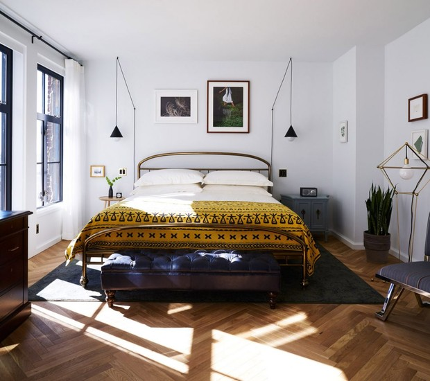 A madeira a as texturas sobre a cama dão um toque acolhedor ao ambiente (Foto: Deezen/ Reprodução)
