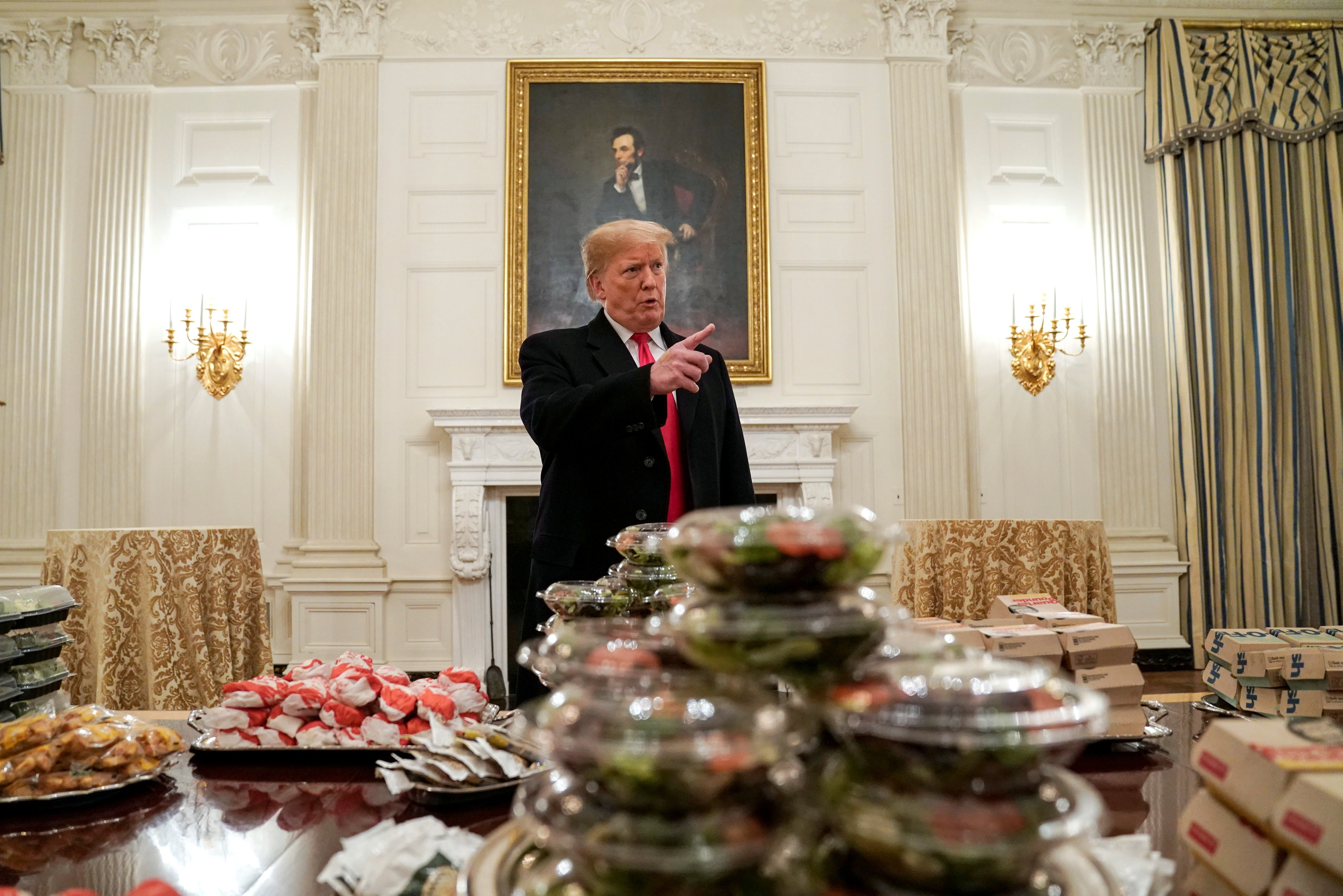 Sem funcionários por paralisação, Trump compra hambúrgueres para jantar com atletas