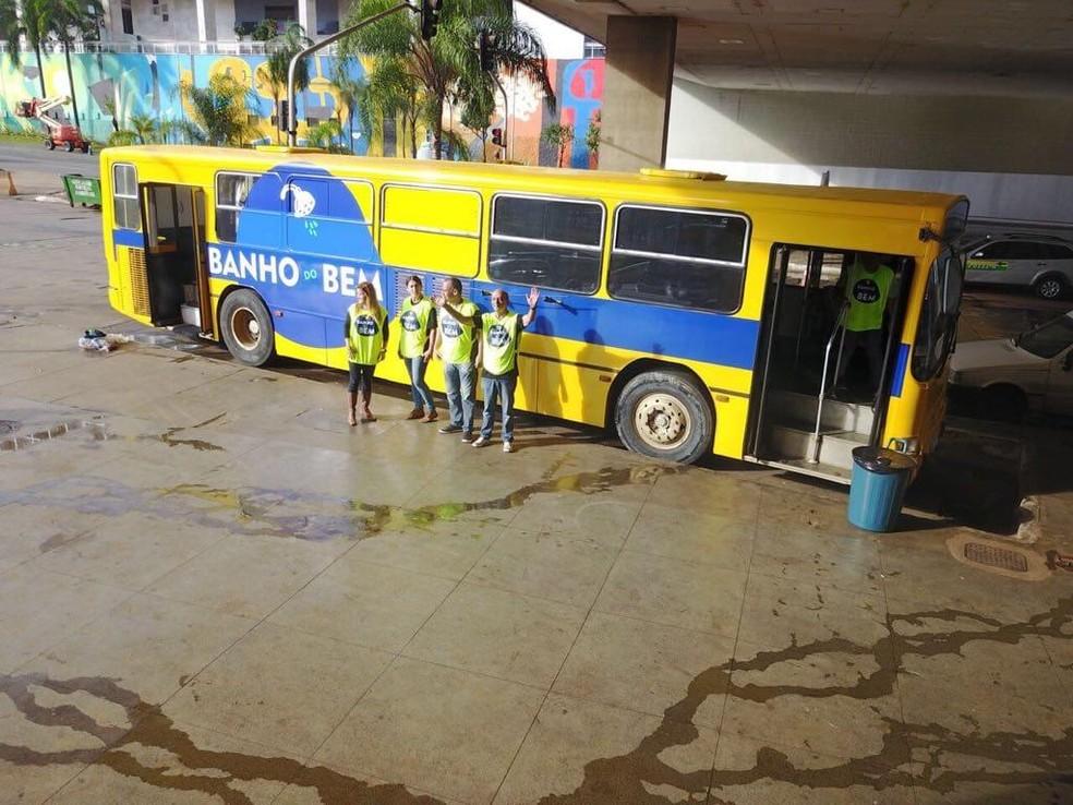 Ônibus usado para o projeto 'Banho do Bem' — Foto: Divulgação