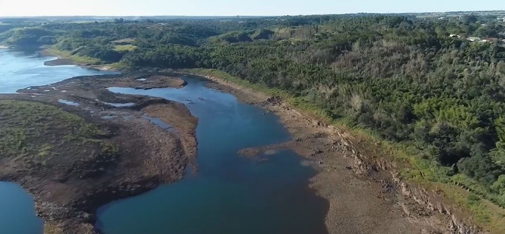 Leito do Rio Paraná fica à mostra após período de estiagem — Foto: Giovani Zanardi/RPC