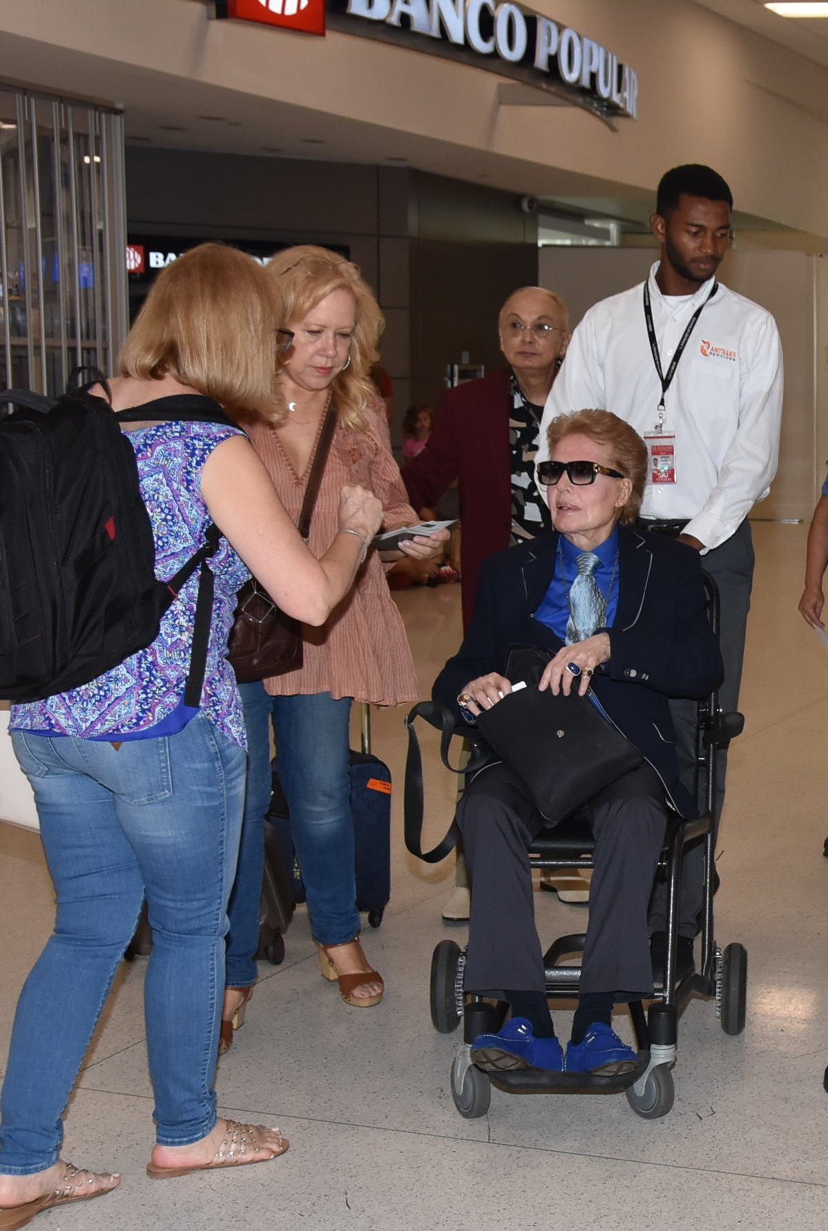 Photo © 2019 ARMimage/The Grosby GroupEXCLUSIVE Aeropuerto Isla Verde, Puerto Rico Julio, 28, 2019 WALTER MERCADO Y EDNITA NAZARIO coincidieron en el aeropuerto LMM de Isla Verde, PR. Ambas estrellas , que se mostraron su amor y admiración mutua, v (Foto: ARMimage/The Grosby Group)