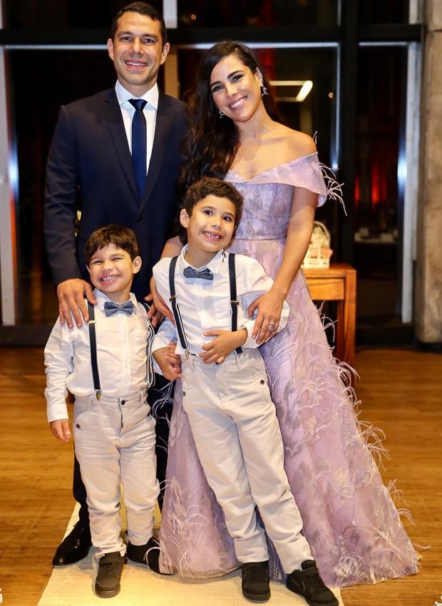 Marcus Buaiz e Wanessa Camargo com os pequenos José Marcus e João Francisco (Foto: Manuela Scarpa/Brazil News)