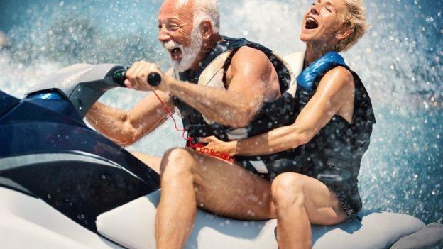 Sombra e água fresca? Mesmo para aqueles com condições financeiras privilegiadas, transição para aposentadoria pode vir acompanhada de dificuldades emocionais (Foto: Getty Images via BBC News)
