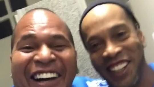 """Aloísio Chulapa reencontra o """"parça"""" Ronaldinho: """"Melhor de todos os tempos""""; vídeo"""
