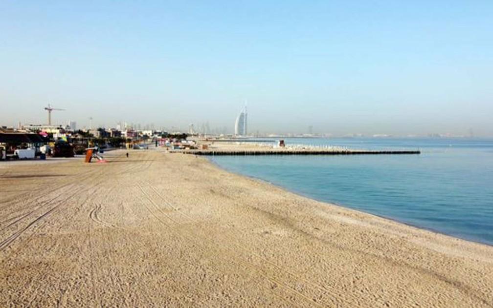 Uma foto tirada por um drone mostra uma praia deserta em Dubai. Os Emirados Árabes Unidos fecharam suas principais atrações turísticas e culturais, incluindo parques e praias, até 30 de março, além de suspenderem a emissão de vistos para estrangeiros — Foto: Mahmoud Khaled/EPA/BBC