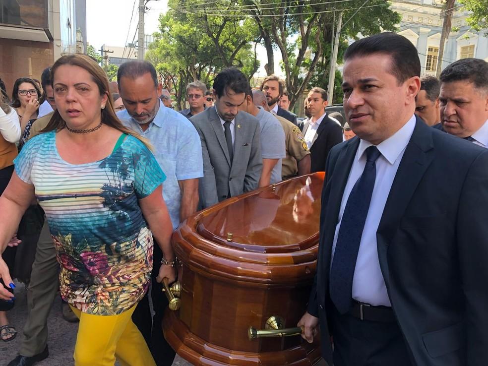 Familiares e amigos levam o caixão com o corpo de Guilherme Uchoa para o Plenário Eduardo Campos, na Alepe (Foto: Marina Meireles/G1)