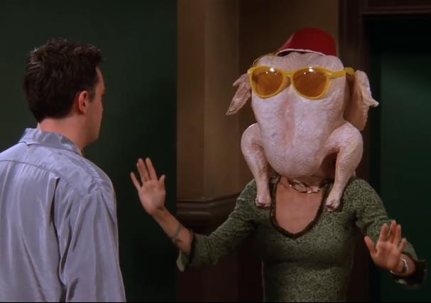 Por trás (ou, melhor dizendo, por dentro) deste peru está a icônica Monica Geller! (Foto: Reprodução)