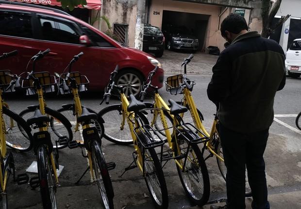 Usuário destrava pelo aplicativo bike da Yellow. Startup iniciou serviço de compartilhamento (Foto: Divulgação)