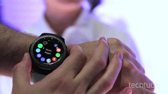 Relógios inteligentes da Samsung recebem integração com iPhones