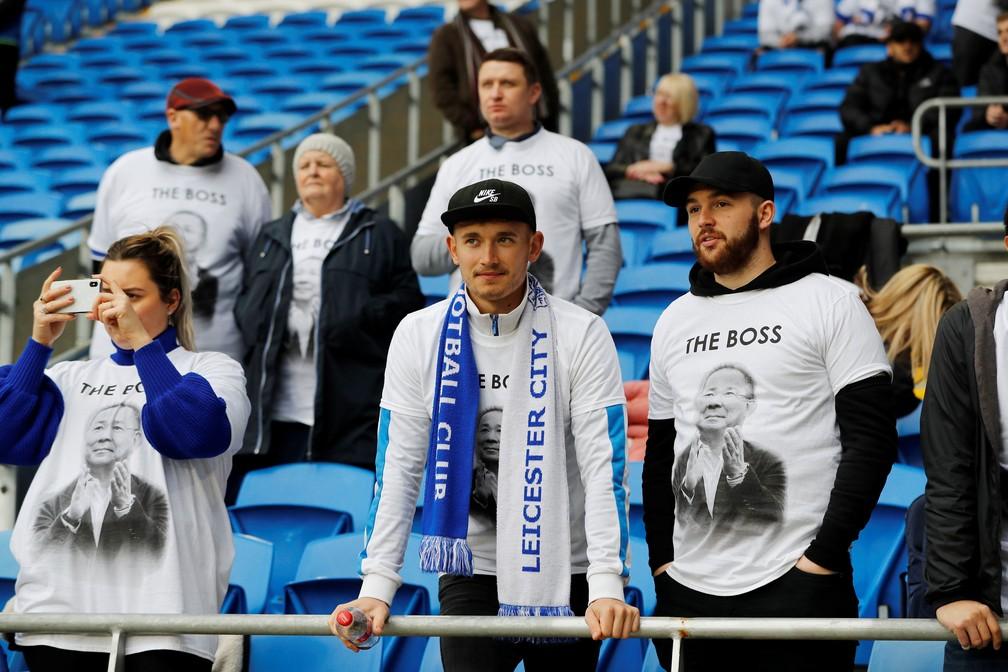 Torcedores do Leicester City usam camisas com homenagem a Vichai Srivaddhanaprabha, dono do clube morto em acidente, antes de partida contra o Cardiff City — Foto: Darren Staples/Reuters
