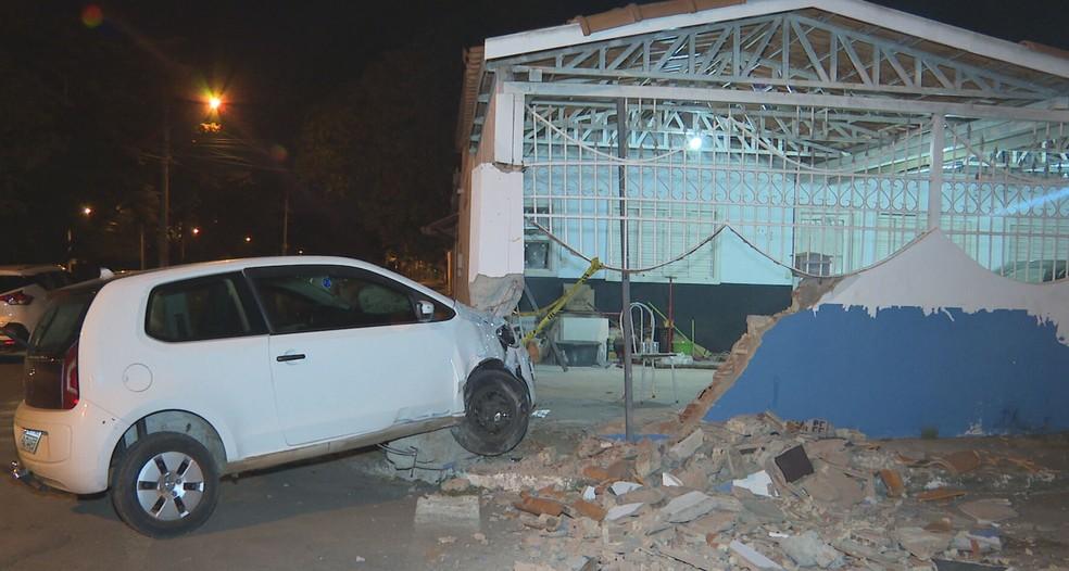 Carro bate em muro de casa no Gama, na madrugada desta terça-feira (28); ninguém se feriu — Foto: TV Globo/Reprodução