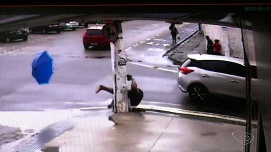 'Era para eu estar morto', diz ciclista atropelado e arremessado em Linhares, ES