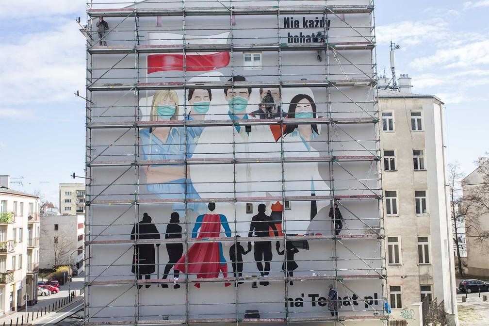 30 de março - Mural faz homenagem a equipes médicas em tempos de pandemia de coronavírus em Varsóvia, na Polônia — Foto: Adam Stepien/Agencja Gazeta via Reuters