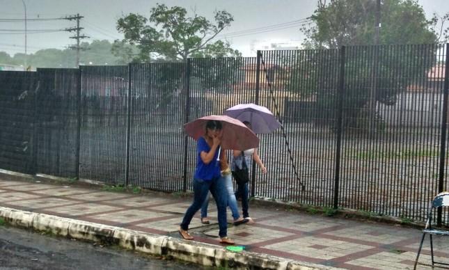 Tempestade em Manaus faz candidatos se ajudarem
