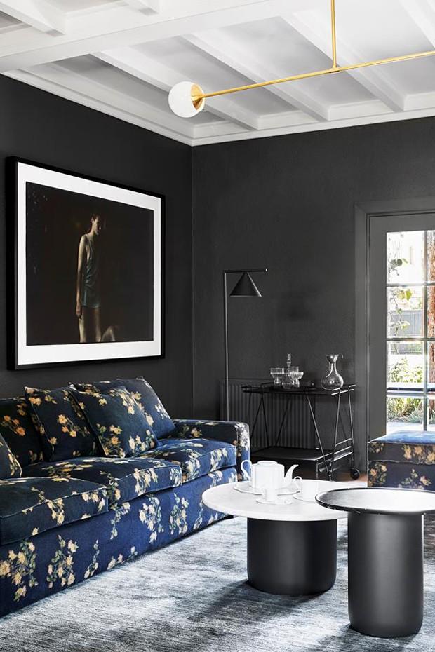 Décor do dia: Sala de estar com paredes pretas e sofá florido (Foto: Divulgação)