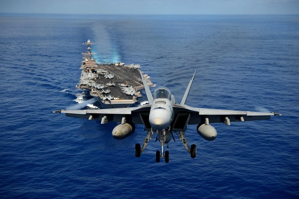 Caça F/A-18 Hornet dos EUA decola de porta-aviões — Foto: Marinha dos Estados Unidos