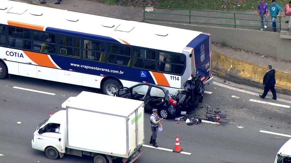 Acidente envolvendo ônibus e carro na Rodovia Raposo Tavares (Foto: Reprodução/TV Globo)