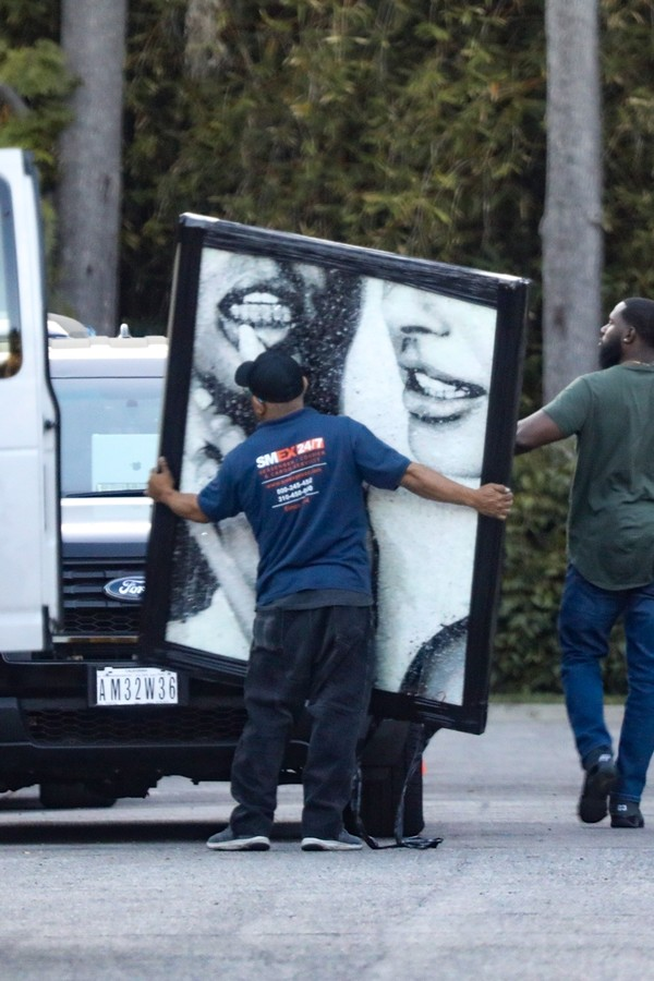 Beverly Hills, CA - *EXCLUSIVE* - The Biebers have a delivery! Justin and Hailey get their iconic wedding photo framed and delivered to their doorstep in Beverly Hills and this picture is HUGE! Pictured: Justin Bieber BACKGRID USA 23 OCTOBER 2019 (Foto: Vasquez-Max Lopes / BACKGRID)