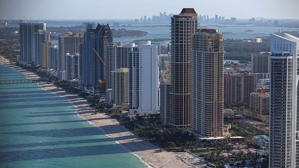Prédios na orla de Miami Beach, na Flórida, perto de Surfside, onde prédio desabou parcialmente e deixou mais de 20 mortos e 120 desaparecidos — Foto: Getty Images via BBC