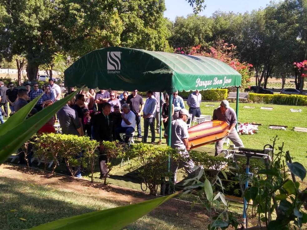 Corpo de Lílian Calixto foi enterrado nesta quarta-feira (18), no Cemitério Parque Bom Jesus de Cuiabá (Foto: Leandro Trindade/TCVA)