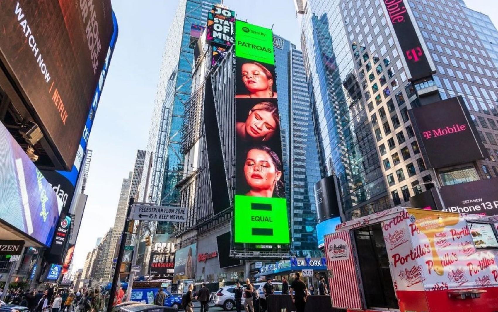 Marília Mendonça estampa telão na Times Square e comemora: 'Nenhuma palavra existente representa o que estou sentindo'
