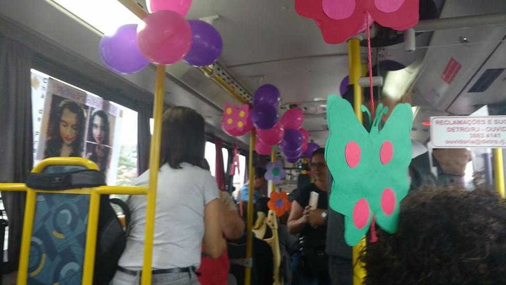 Chá de bebê no ônibus teve direito a balões, cartazes, comidinhas e muita animação (Foto: Rodolfo Mattos/Reprodução Facebook)