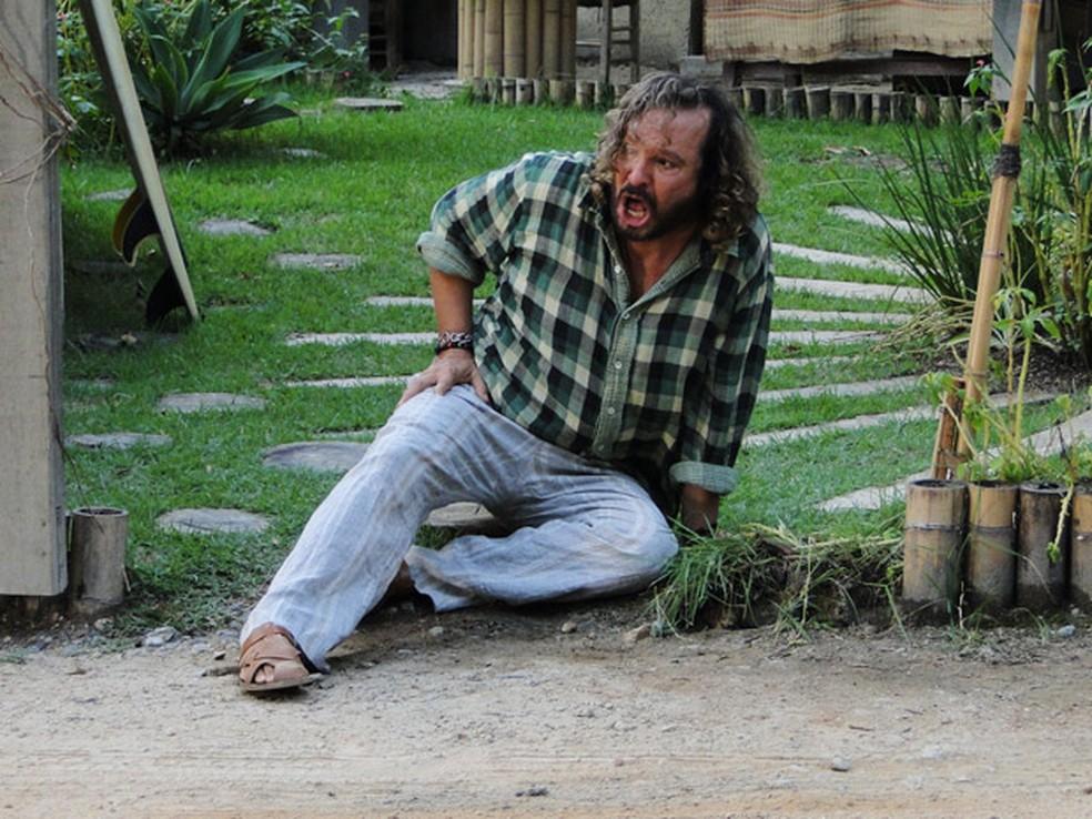 Álvaro é socorrido por Zambeze em 'Fina Estampa' — Foto: Globo