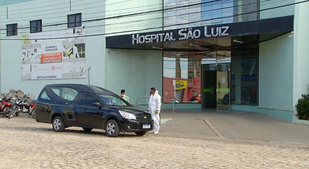 Carro da funerária leva corpo do hospital São Luiz em Mossoró — Foto: Hugo Andrade/Inter TV Costa Branca