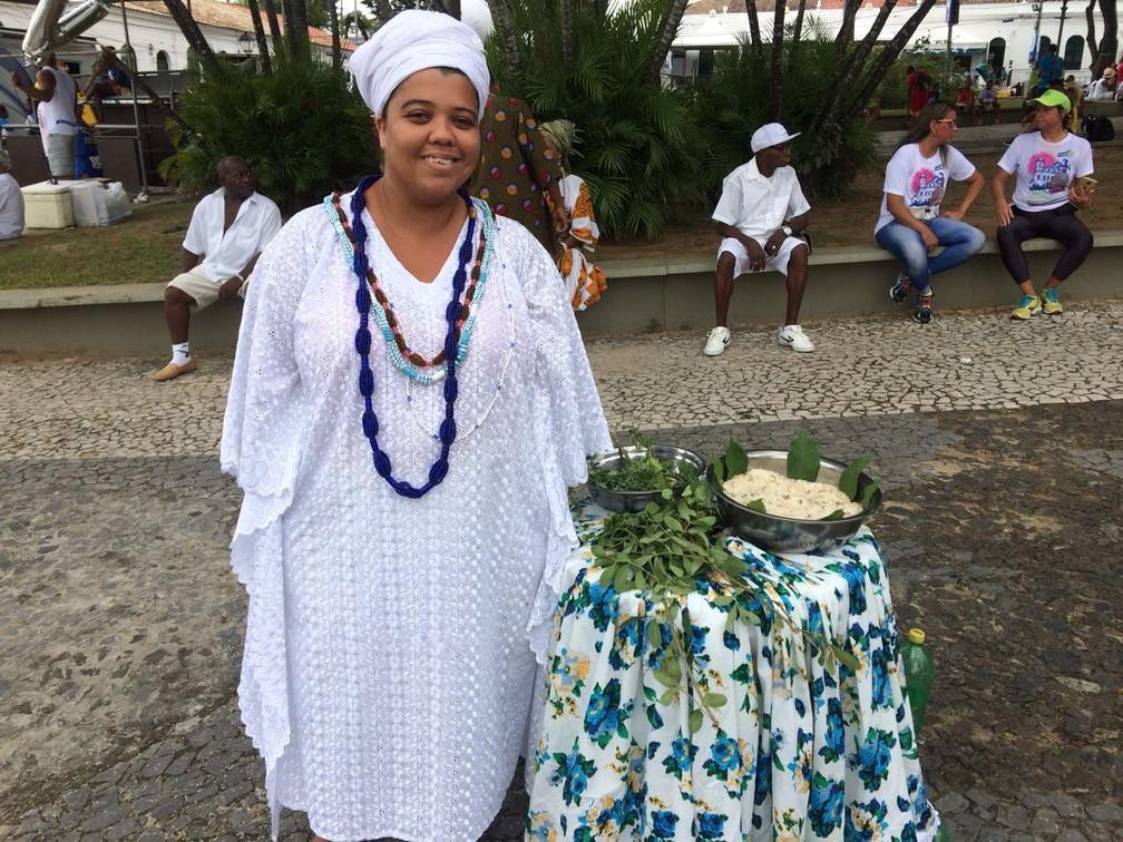 Candoblecista Gláucia ofereceu banho de folhas em frente à Igreja do bonfim (Foto: Itana Alencar/ G1)
