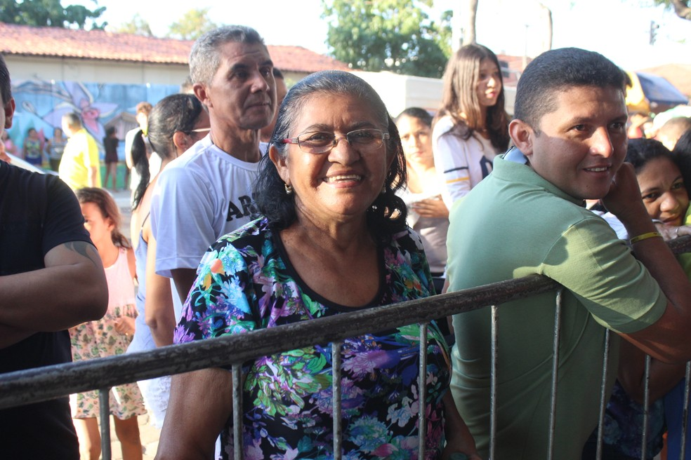 Francisca não estava com muita pressa pelo pedaço de bolo (Foto: Carlos Rocha / G1PI)