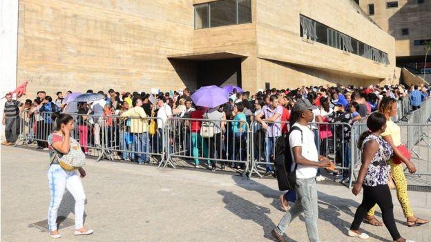 BBC: Trabalhadores procuram emprego em mutirão em São Paulo: dados do Ipea mostram que, no trimestre terminado em julho, 26% dos trabalhadores desempregados já estavam nesta situação há pelo menos dois anos (Foto: SINDICATO DOS COMERCIÁRIOS DE SP VIA BBC)