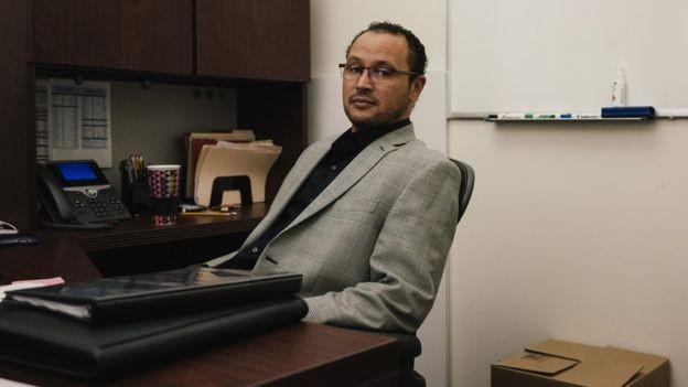 'Muitos jovens criminosos foram vítimas', diz Khaalid Muttaqi, diretor do grupo de Prevenção e Intervenção em Gangues da Prefeitura de Sacramento (Foto: Getty Images via BBC News)
