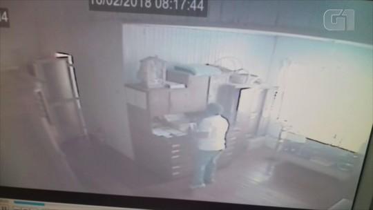 Homem é flagrado pegando dinheiro de caixinha de doações para igreja no RS; veja no vídeo