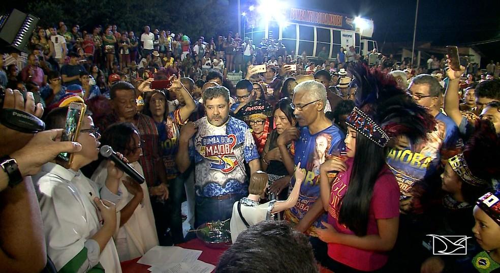 Batizado do Boi da Maioba, em Paço do Lumiar, rodeado de brincantes — Foto: Reprodução/TV Mirante