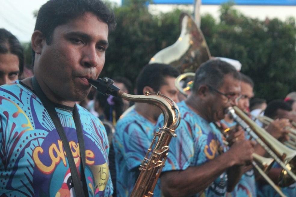 Banda anima os foliões durante o percurso (Foto: Andrê Nascimento/G1)