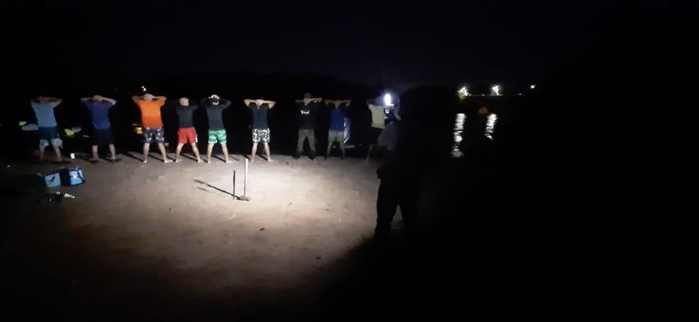 Aglomeração com 50 pessoas é encerrada em praia de Pontal do Araguaia (MT) — Foto: PM/MT