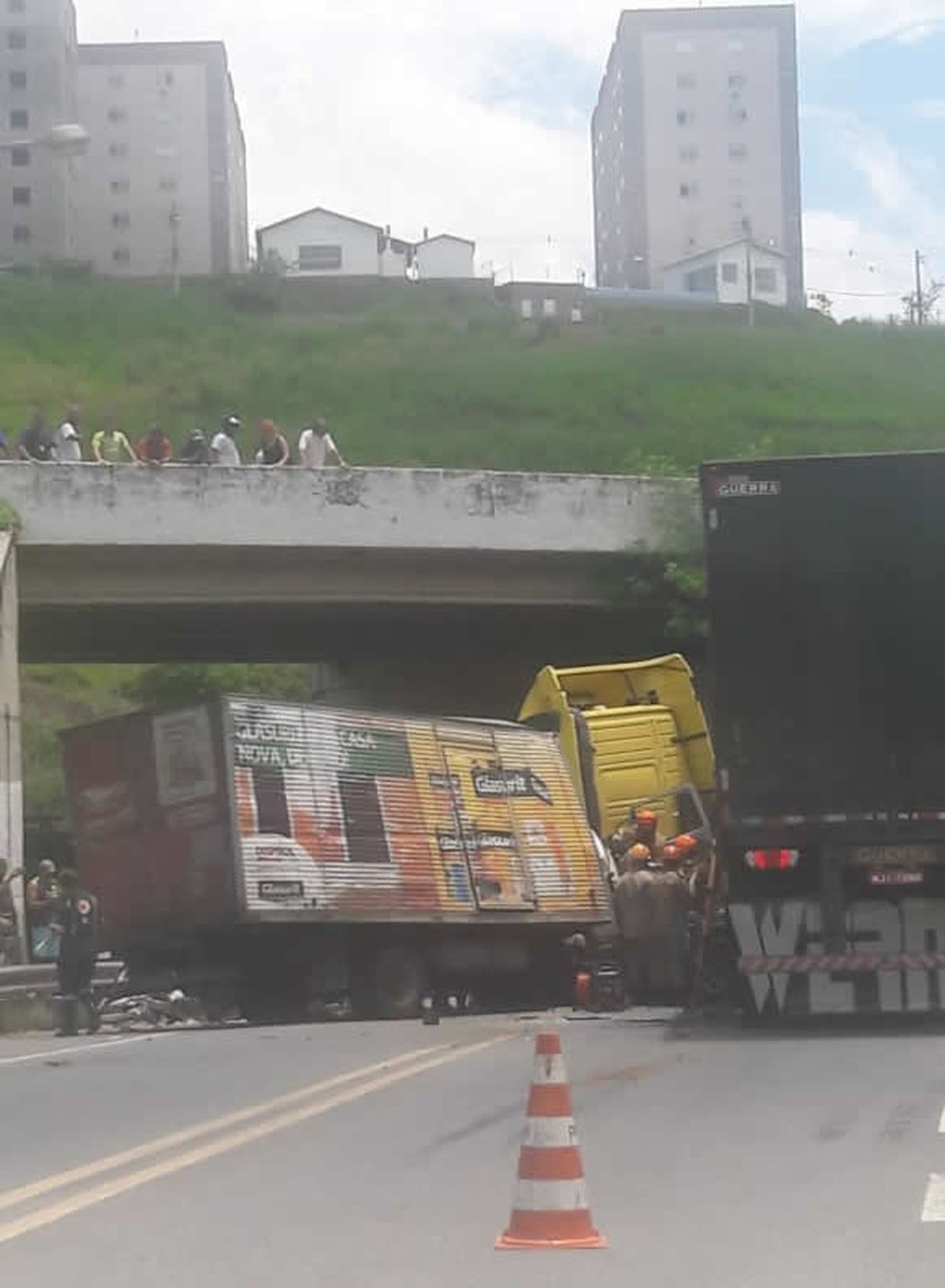 Acidente entre caminhão e carreta em Volta Redonda — Foto: Reprodução/Redes sociais