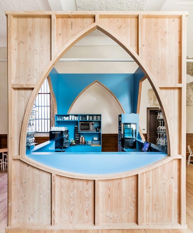 A inspiração gótica está nos formatos das janelas do bar (Foto: Ban Staeyen interior Architects/ Reprodução)