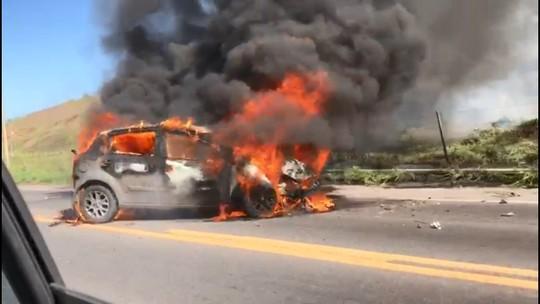 Carro fica em chamas ao bater em poste na BR-262, em Viana, ES