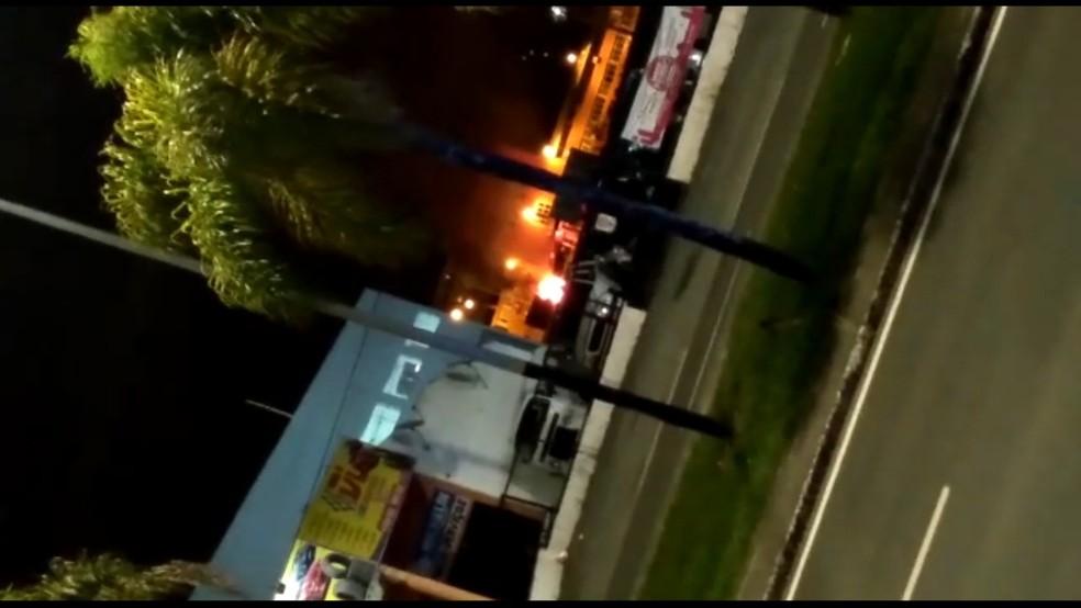 Ponto de incêndio provocado pelos criminosos em Criciúma — Foto: Reprodução/ NSC TV