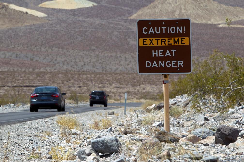 Placa na entrada do Parque Nacional do Vale da Morte, na Califórnia, avisa sobre calor extremo aos turistas — Foto: Steve Marcus/Reuters/Arquivo