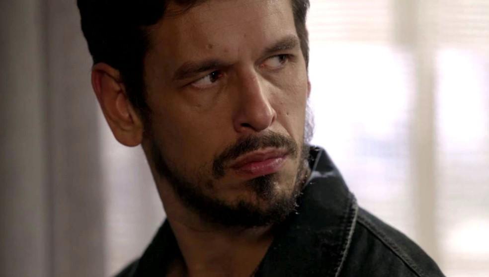 Alain (João Vicente de Castro) e Isabel (Aline Moraes) flagram os dois na novela 'Espelho da Vida' — Foto: TV Globo