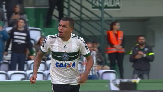 """Carleto se redime no Coritiba após pênalti perdido: """"Um dos melhores chutadores"""""""