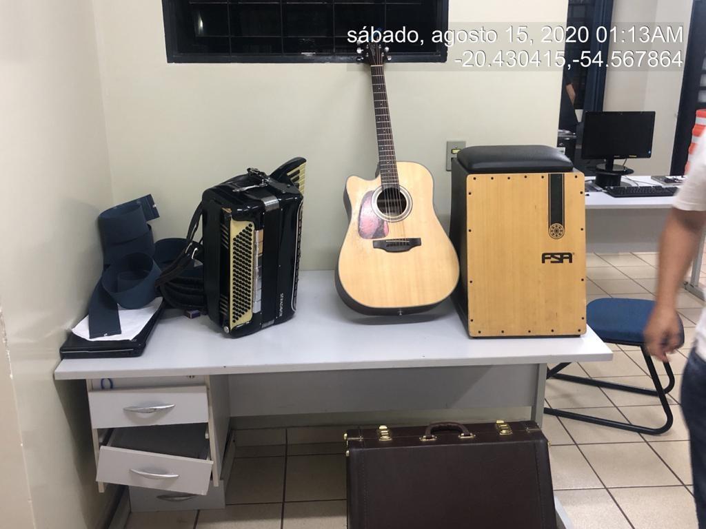 Polícia acaba com festa ilegal em condomínio, prende duas pessoas e multa dono de casa em R$ 15 mil em MS
