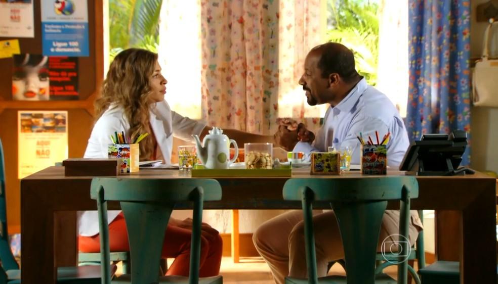 Ester (Grazi Massafera) diz a Quirino (Ailton Graça) que teme chantagem de Alberto (Igor Rickli) - 'Flor do Caribe' — Foto: Globo