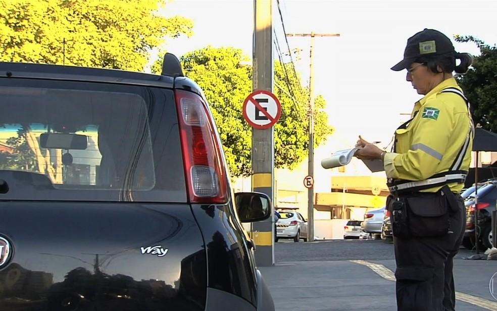 Denatran suspende portaria que regulamentava o pagamento de multas de trânsito com cartões de débito e crédito.  (Foto: TV Anhanguera/Reprodução)