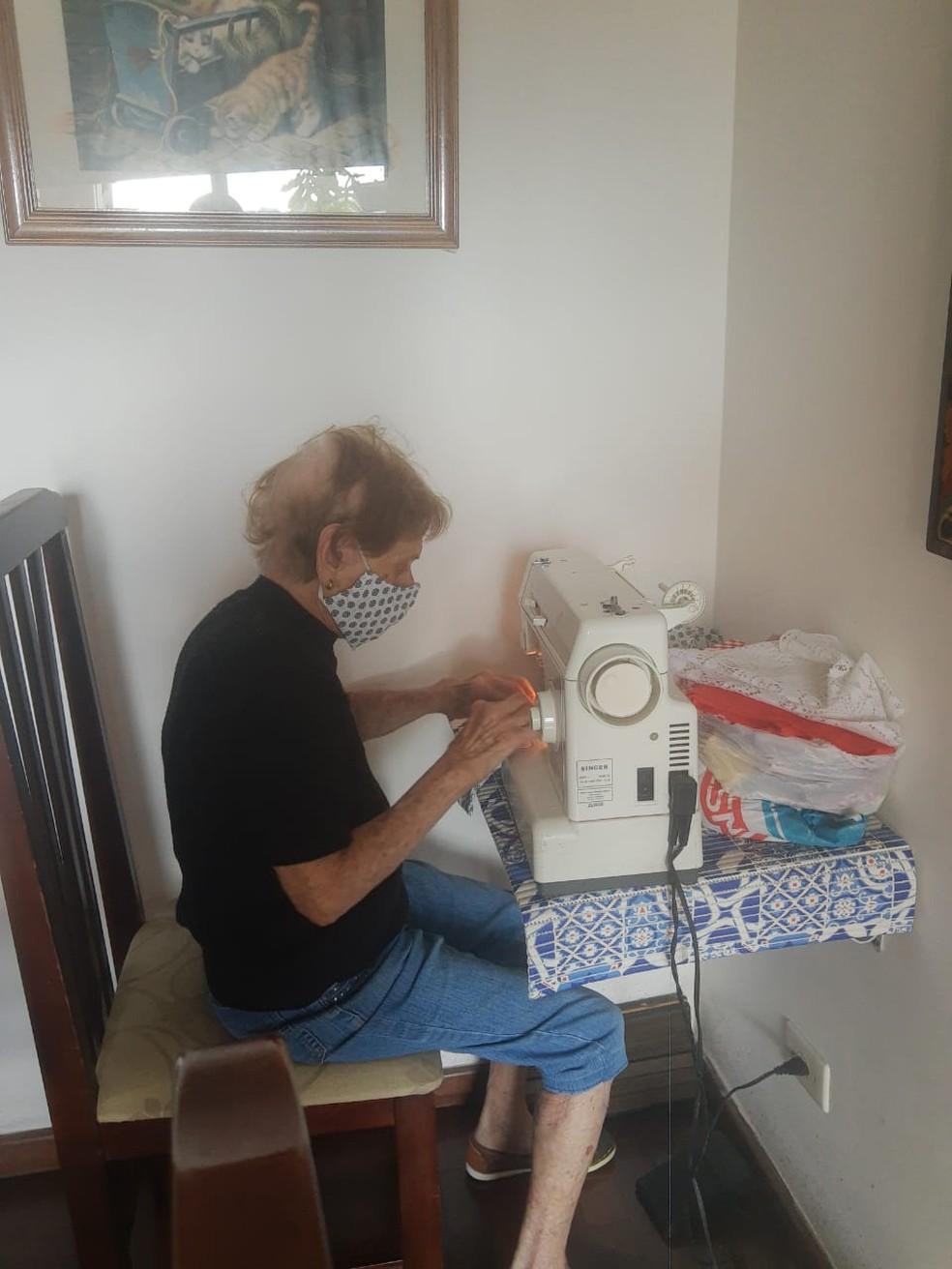 Dona Pina confeccionando máscaras na sua casa, em Santos (SP) — Foto: Arquivo Pessoal