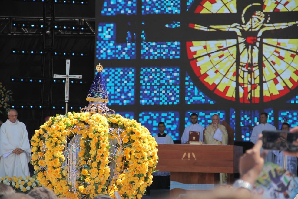 Missa solene em Aparecida foi ao ar livre (Foto: Carlos Santos/G1)