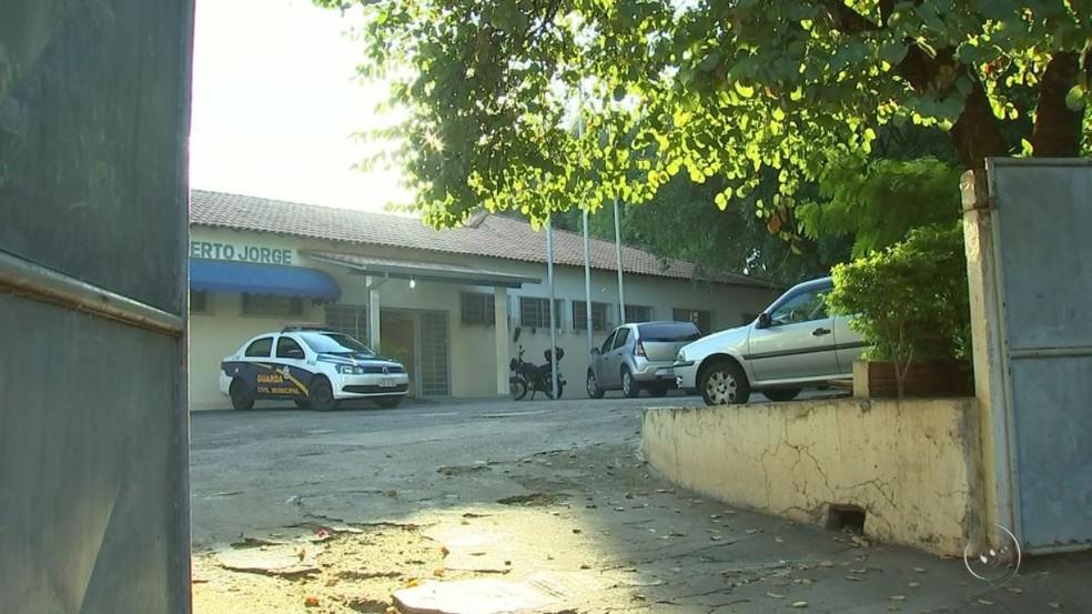 Escola Municipal Roberto Jorge, de Sâo José do Rio Preto (SP) foi alvo de furto (Foto: Reprodução/TV TEM)
